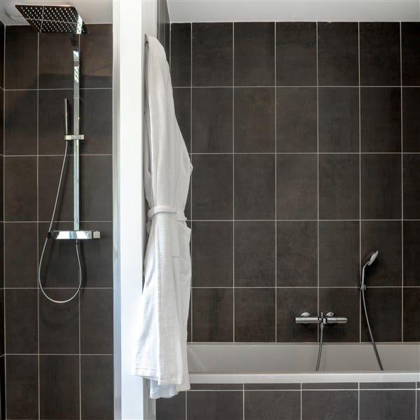 bathroom villa 7 hotel chateau les Merles